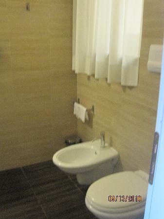 Ambasciatori Hotel: Other side of bathroom