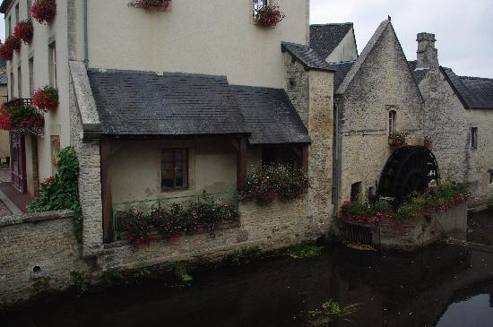 Bayeux, France: Case vicino al fiume