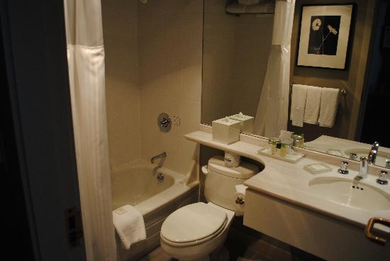 Auberge Vancouver Hotel: pristine washroom