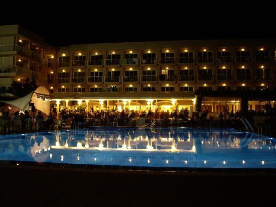 Hotel Club Sur Menorca: Pool etc at night