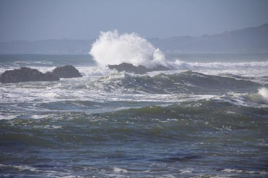 Pelican Point RV Park: crashing waves
