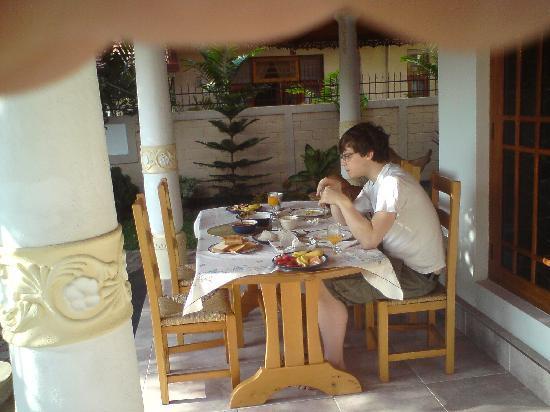 Serendib Guest House: Breakfast at Serendib