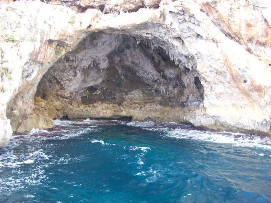 Hipotels  Mediterraneo : Höhlen an der mit dem Schiff schnell erreichbaren Steilküste