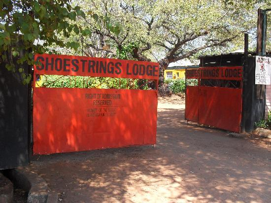 Shoestrings Lodge: Main Entrance