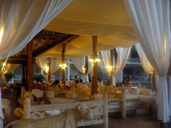 Sandies Tropical Village: bar centrale..