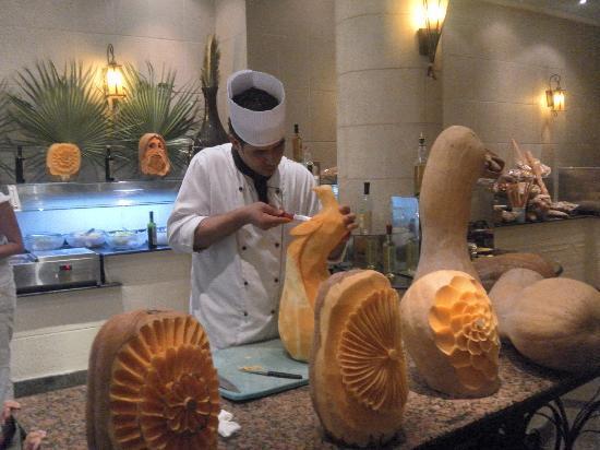 Aqua Blu Sharm : Chef in the restaurant shows his skills