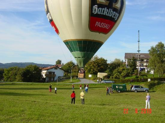 Thurmansbang, Germany: Ballonfahrt vorm Hotel