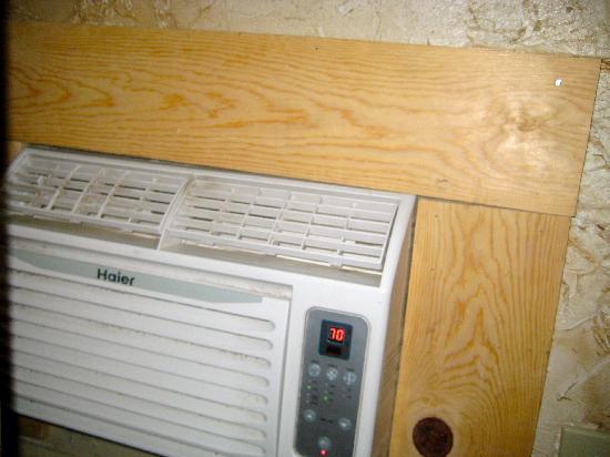 All Seasons Groveland Inn B&B: Dirty ,very noisy airco