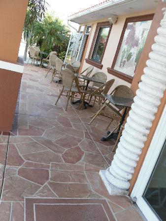 Skidder's Restaurant: Outdoor seating