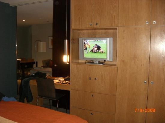 Grand Mercure The Vintage Hunter Valley: Small tv in bedroom - digital TV not HD