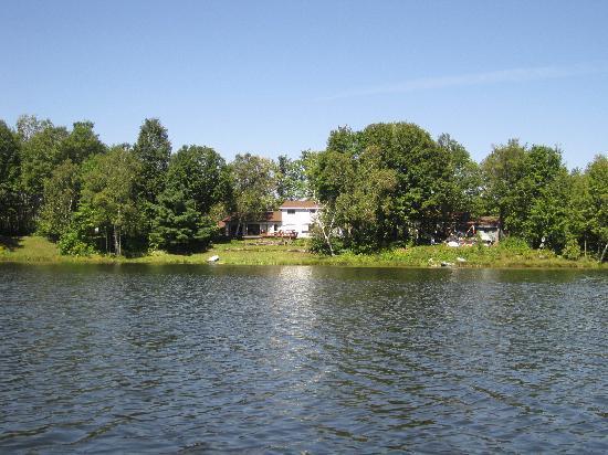 Anderson Lake B&B : The B&B from the lake