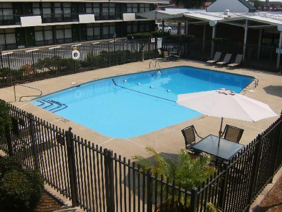 Howard Johnson Inn & Suites Columbus GA: Outdoor Pool