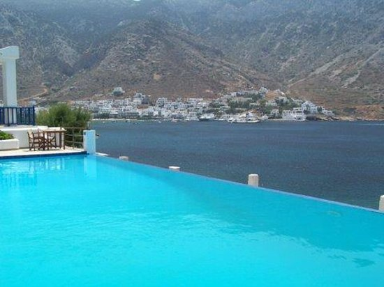 Kamares, Greece: Another view from the pool towards the town