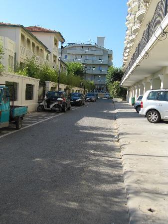 Hotel Principe: Blick vom Strand auf das Hotel.