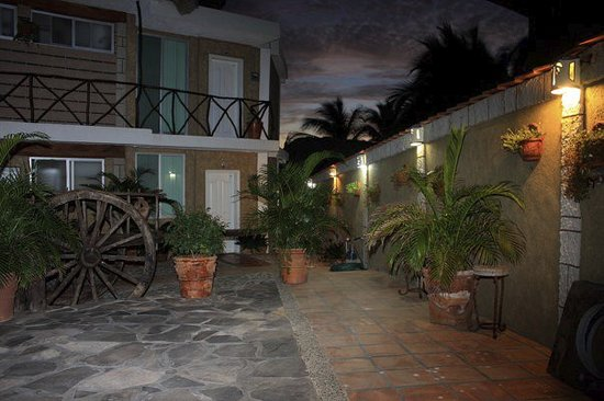 Playa Azul, Mexique : Courtyard in evening