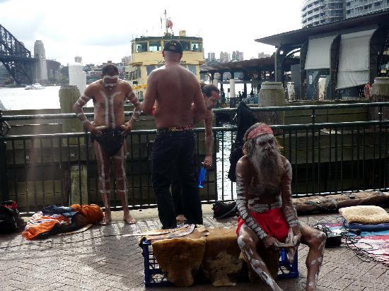 Sydney, Australia: Aborígenes descansando despúes de su actuación