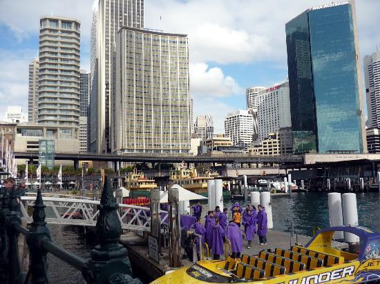 Sydney, Australien: Grupo de gente preparándose para recorrer la bahía