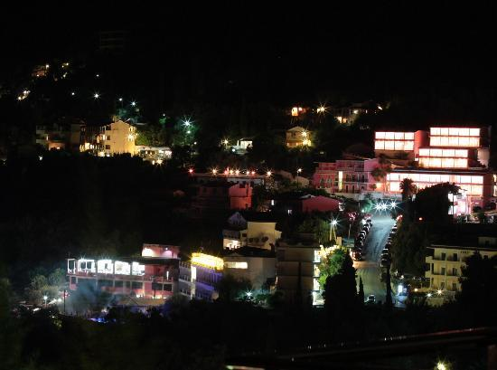 Dina's Paradise Hotel & Apartments: Night view of the village from the room