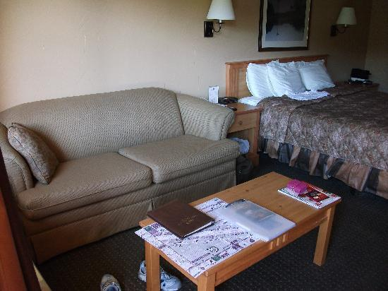 Fredericksburg Inn & Suites: King bed & sofa