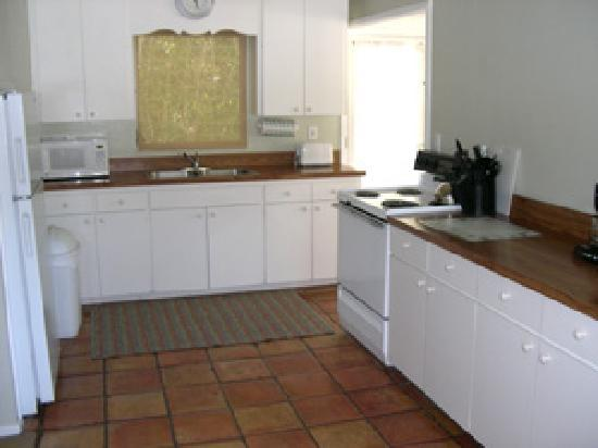 Cannons By The Sea Cottages : full kitchen