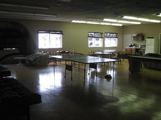 North Coast Trail Backpacker's Hostel: Communal area with some beds in the main building