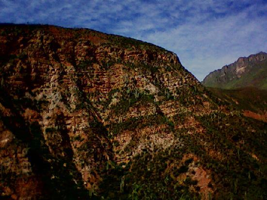 Roca rojiza ,camino a Cafayate.
