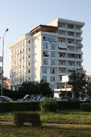 Kristal Beach Hotel: View on the hotel from the beach