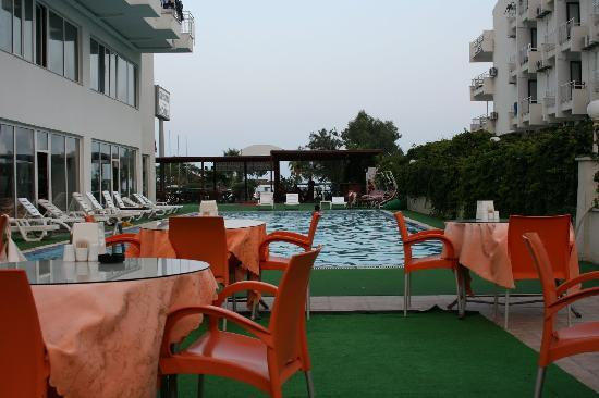 Kristal Beach Hotel: Restaurant and swimming pool