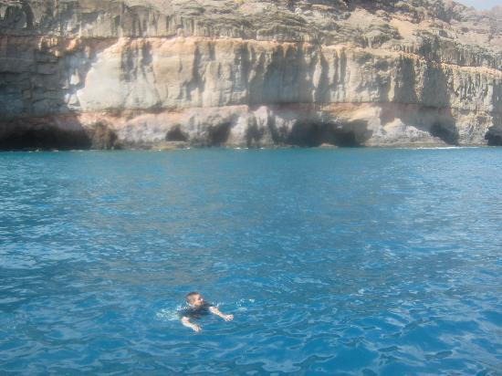 Apartments Los Nardos: mum swimming in the sea next to the caves