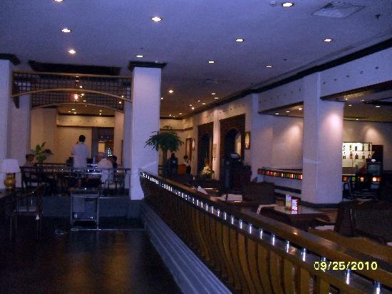 جلوريا بلازا هوتل سوتشو: Gloria PH's lobby lounge/shops toward elevator
