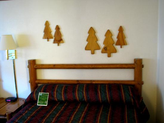 Duluth Spirit Mountain Inn - Americas Best Value: Queen Bed with pine cutouts over the bed