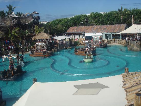 Surfers Plaza Resort : theme parks amazing fun