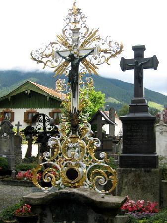 Oberammergau, Alemania: Pfarrkirche - Kreuze auf Friedhof