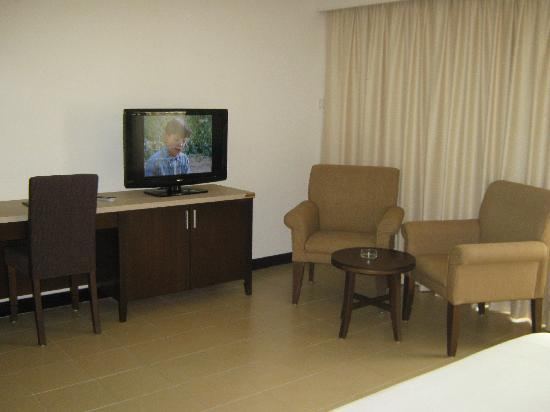 Flamingo Hotel By The Beach, Penang: Nice Flat Screen TV And Coffee Table