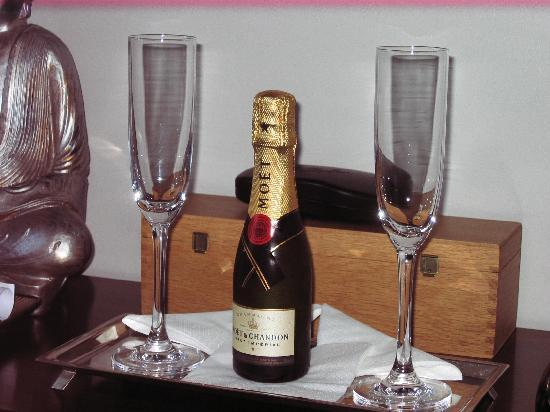 Guest House Douro: Anniversary Champagne from Proprietors