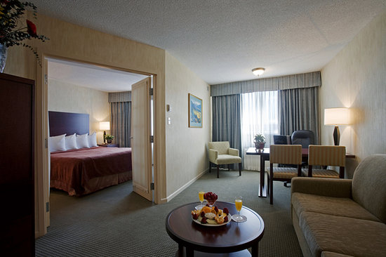 Quality Suites Montreal Aeroport : Executive King Suite - large working area for the corporate traveller