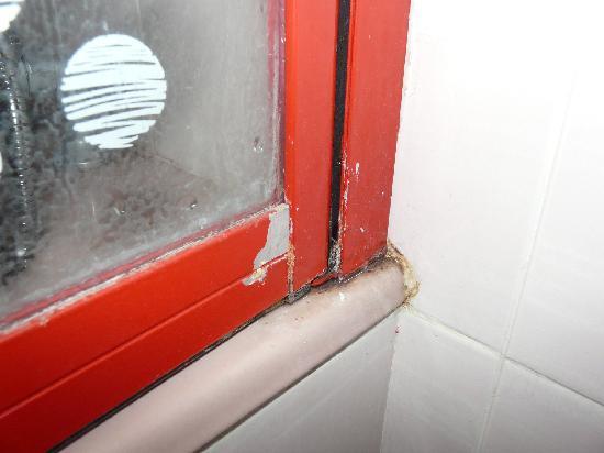 Week-End Hotel: Moisissure salle de bain