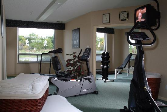 Quality Suites Montreal Aeroport: Fitness room -  a great way to start or finish you day!
