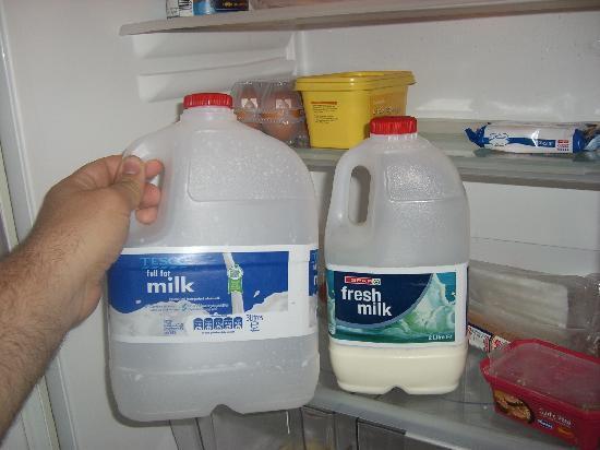 Herberton Apartments: La leche en garrafas