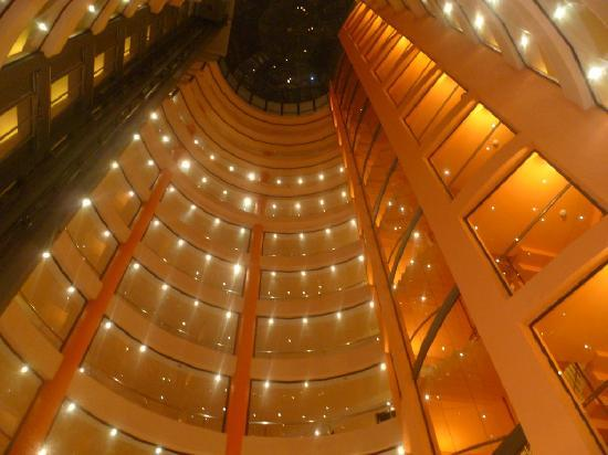 smartline Meridian: Hotel atrium at night