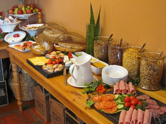 Mooiplaas Guesthouse: Enjoy traditional farmhouse or buffet breakfast