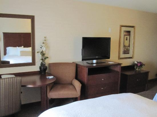 Hampton Inn & Suites West Bend: TV, desk & bench