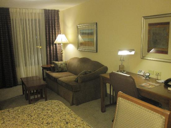 Staybridge Suites Milwaukee West Oconomowoc: Living room with desk, sofa, chair & dining table