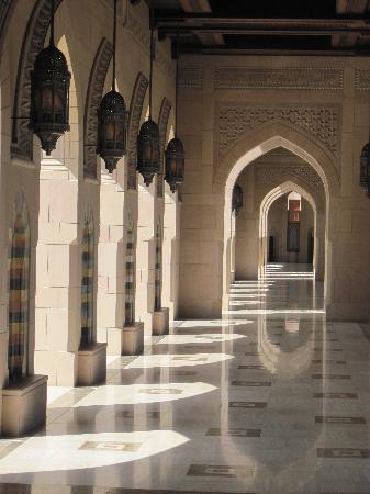 Gran mezquita del Sultán Qaboos: A quiet colonnade