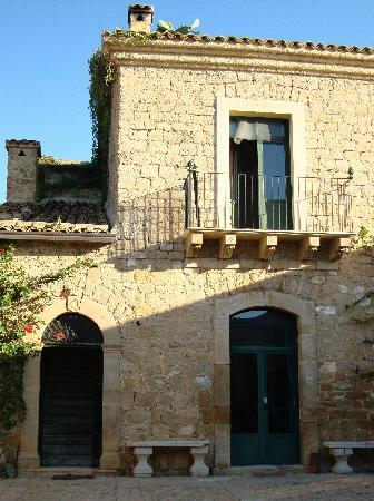 Farm Ospitalita di Campagna: Stone steps up to our suite on left