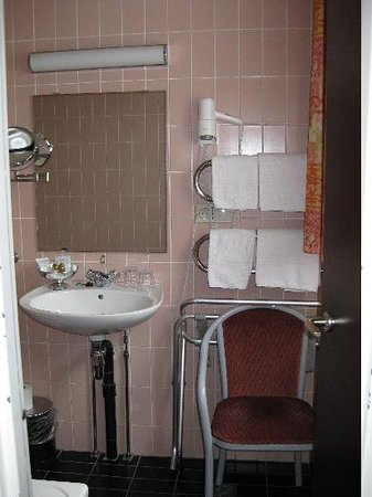 La Legende Hotel: lavabo habitación