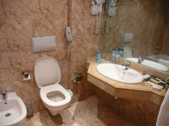 Grand Hotel Kinshasa : bathroom