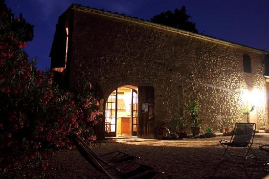 Agriturismo Fonte Martino: The farm in the evening