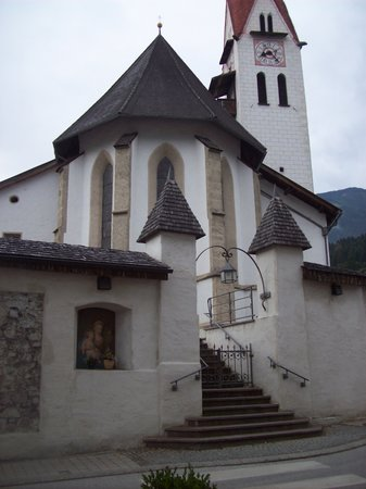 Gasthof Aigner: The local church is literally on the hotels doorstep