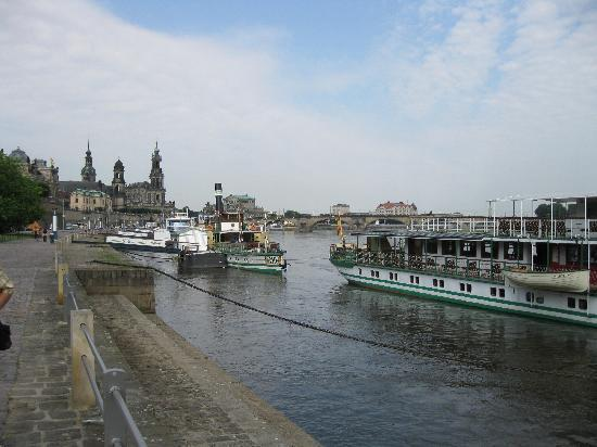 Dresden, Alemania: Dampfer am Terrassenufer